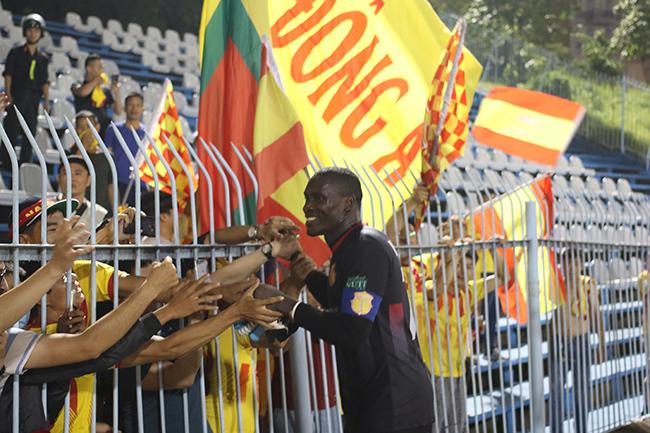 Lấy vé play-off, Nam Định ăn mừng như thể vô địch