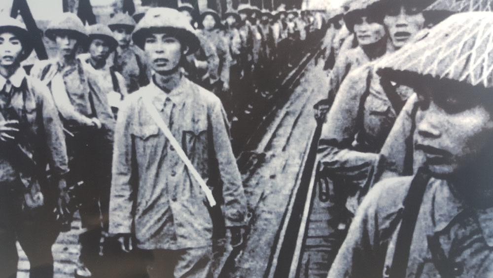 Thiếu nữ Hà Nội chào đón Thiếu tướng Vương Thừa Vũ ngày giải phóng