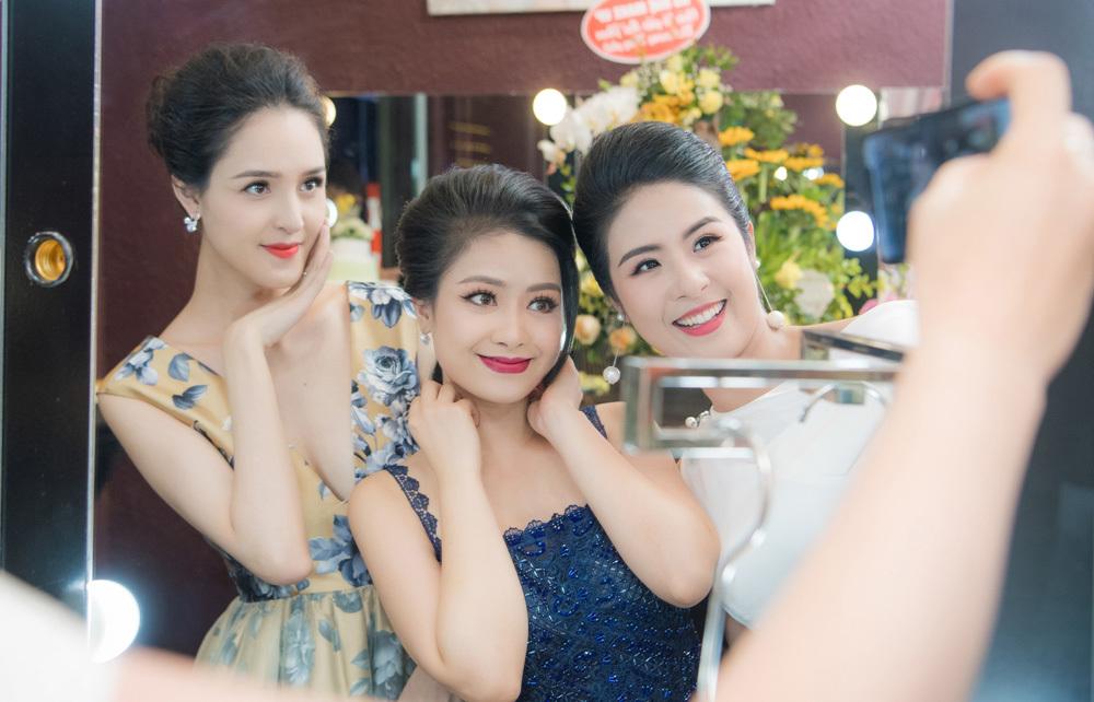 Dương Hoàng Yến không kém cạnh khi đứng bên hoa hậu