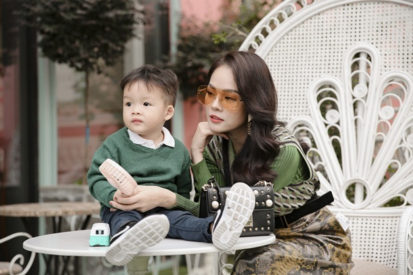 Sau ly hôn chồng, Dương Cẩm Lynh tươi tắn bên con trai