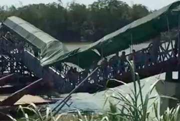 Không sợ hãi, dân TQ đi rầm rập trên cầu sập