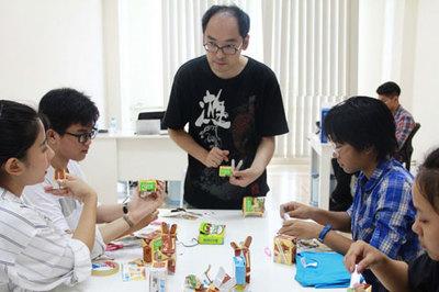 Nghệ nhân gấp giấy Nhật Bản hướng dẫn trẻ em Việt làm đồ chơi