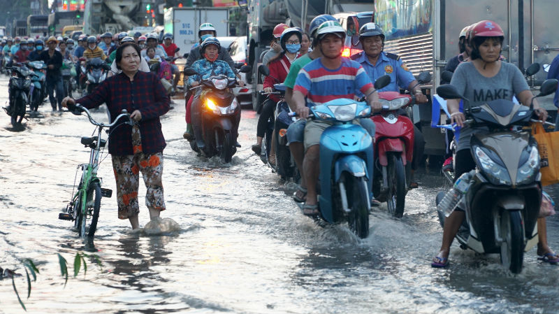 Ngập nước kẹt xe bủa vây, người Sài Gòn 'chôn chân' không đường về