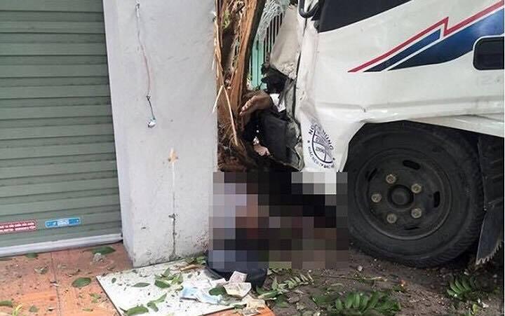 Đứng chờ xe buýt, người phụ nữ bị xe tải mất lái tông tử vong