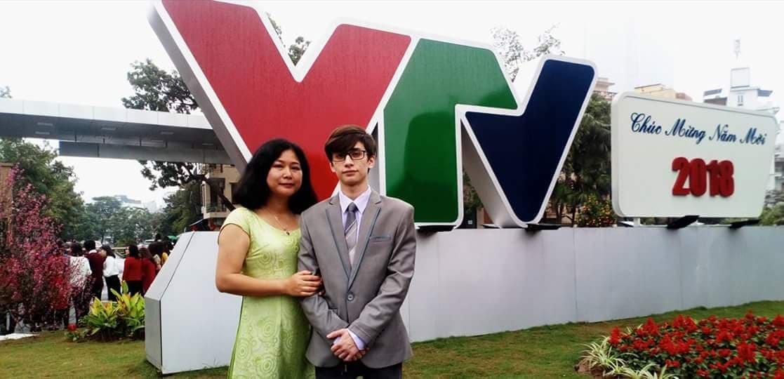 Người mẹ phía sau MC người Nga điển trai ở VTV4