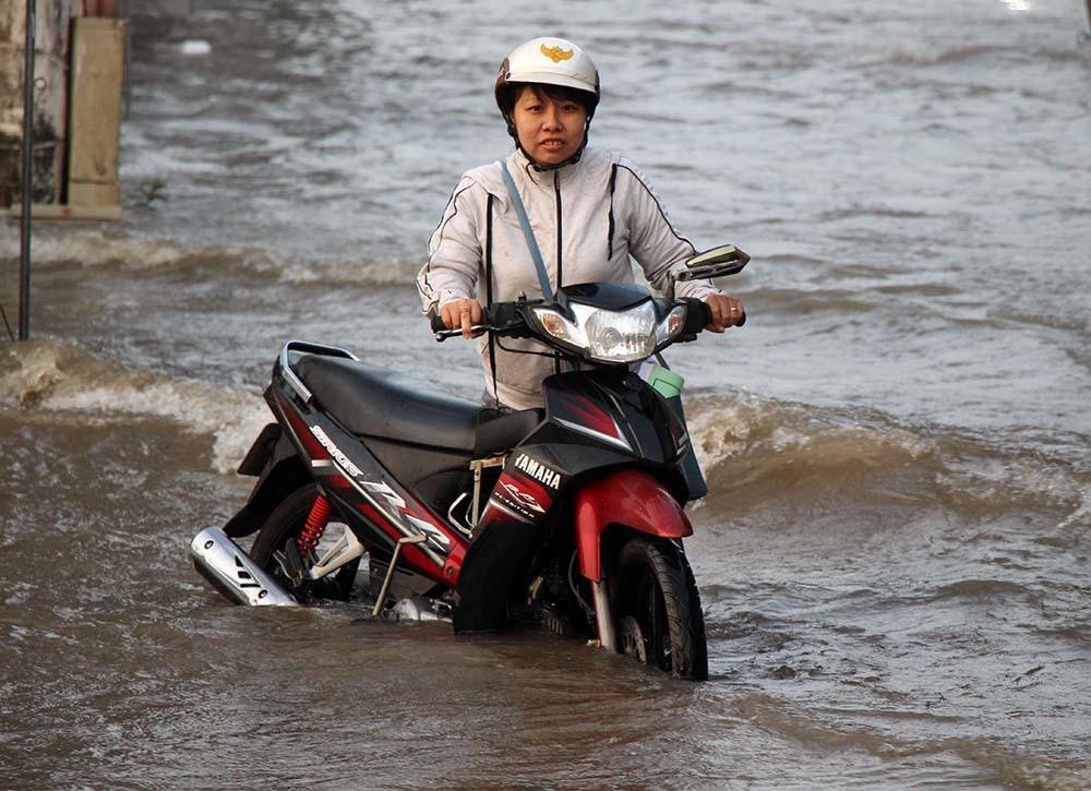 Ngập lịch sử ở Cần Thơ: Đua nhau tạo dáng cảnh 'sông tràn' làng biệt thự