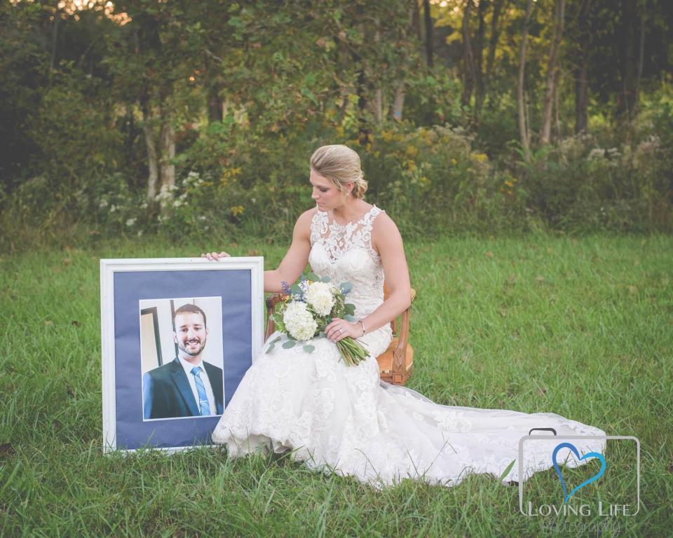 Cô dâu mặc váy cưới chụp ảnh bên mộ hôn phu