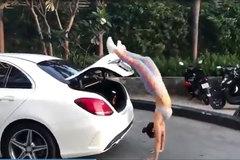 Phương Trinh Jolie tung chân đóng cốp ô tô vô cùng điệu nghệ