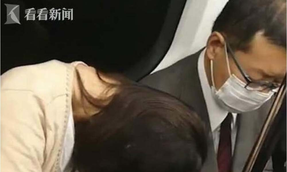 Video: Người đàn ông đánh phụ nữ ngủ gục trên tàu điện gây bức xúc