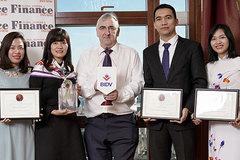 """BIDV nhận """"hat-trick"""" giải thưởng quốc tế"""