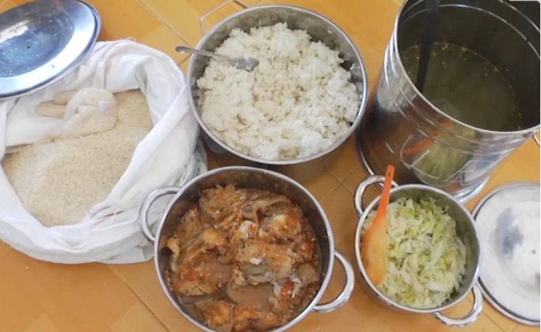 Vụ trẻ ăn cơm mốc, đầu cá: Trường dừng nấu bữa trưa, công an vào cuộc