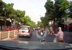 Phản ứng 'phi phàm' của ninja xe Lead khi bị ô tô húc vào đuôi xe khiến cả phố phì cười