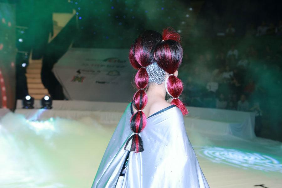 Người mẫu trình diễn các kiểu tóc kỳ quái
