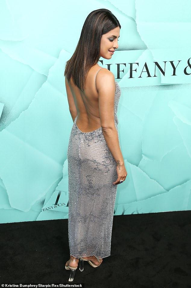 Kim Kardashian diện đầm hở táo bạo đến sự kiện thời trang