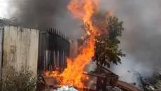 Cháy rụi hai ngôi nhà giữa trưa ở Hải Phòng