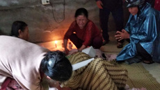 Người thân khóc ngất bên thi thể cụ bà bị lửa thiêu cháy