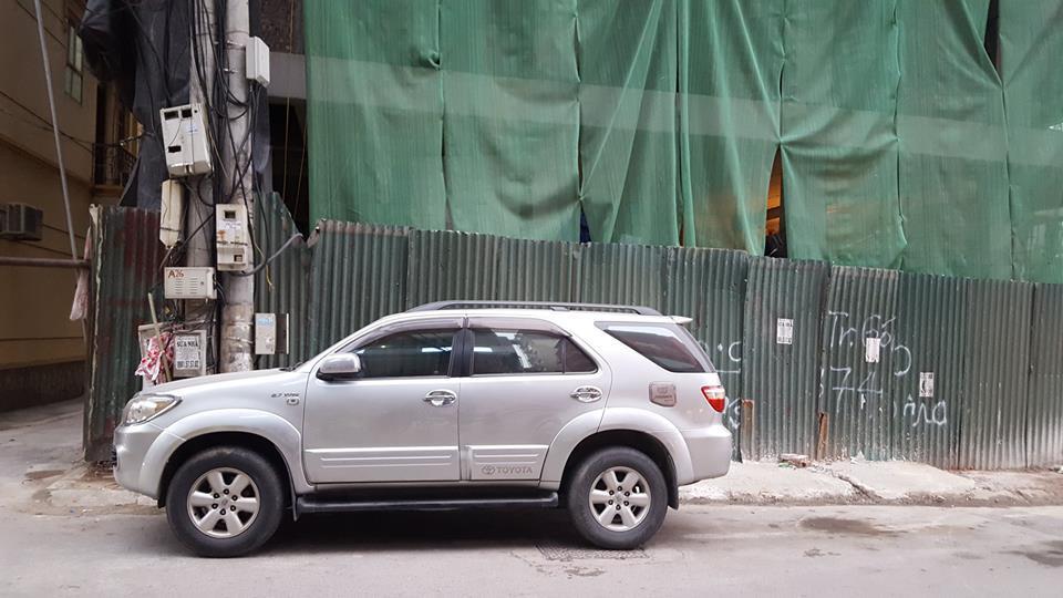 Thanh sắt dài 3m từ trên cao rơi thủng kính ô tô ở Hà Nội