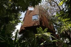 Căn nhà hình bát quái độc nhất vô nhị giữa hẻm núi