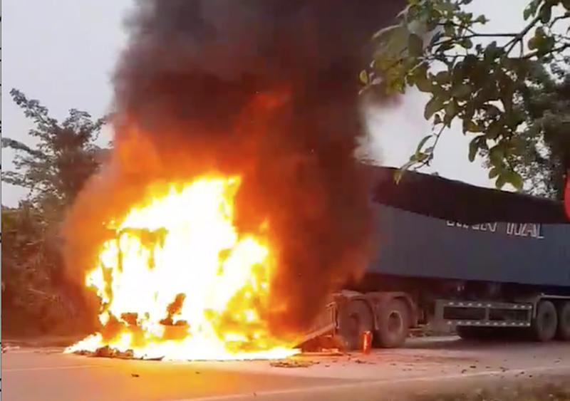 Xe container chở sữa cháy dữ dội, tài xế bật cửa thoát hiểm