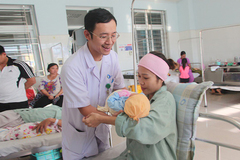 Bác sĩ trực tiếp truyền máu hiếm cứu sống sản phụ nguy kịch
