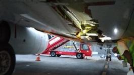 """Máy bay """"thủng"""" bụng vì đâm vào tường sân bay"""