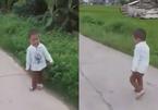 Bị xe tải cán trơ xương chân, bé trai Bắc Giang giờ chạy nhảy tung tăng