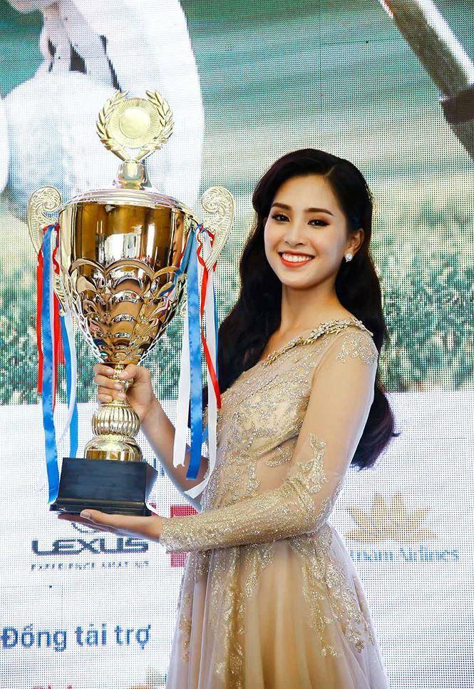 Hoa hậu Tiểu Vy hâm nóng giải Tiền Phong Golf Championship 2018