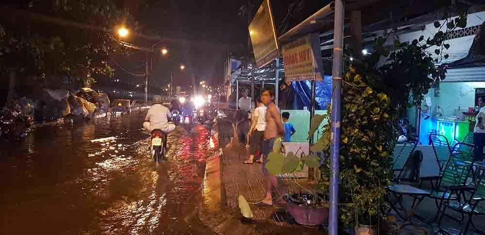 Dân lội nước xem công an điều tra vụ đâm chết người giữa phố