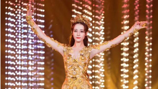 Địch Lệ Nhiệt Ba toả sáng làm Nữ thần Kim Ưng bất chấp tranh cãi