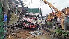 Xe container tông sập 6 nhà dân ở vùng ven Sài Gòn