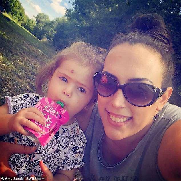 Người mẹ trầm cảm đến mức cầu xin y tá mang đứa con đi để cô tự tử