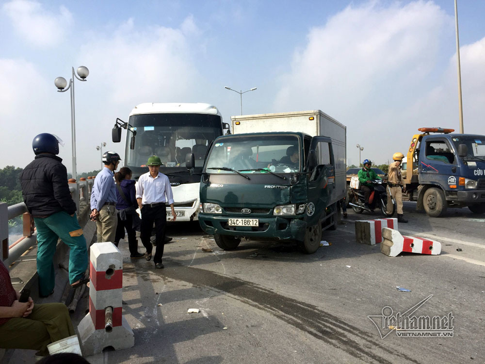 6 ô tô đâm nhau, nghìn người khổ sở chôn chân trên cầu Thanh Trì