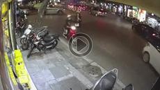Nhanh như chớp, người phụ nữ bị cướp điện thoại ngay giữa phố