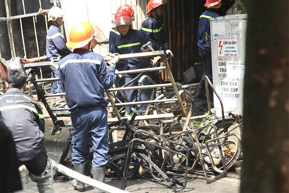 Hà Nội: Cháy xưởng làm sofa lan sang nhà dân, 1 người chết