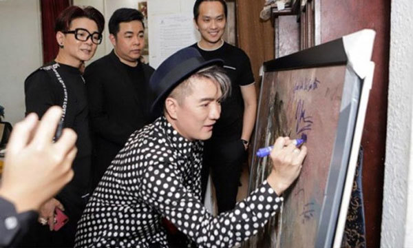 Đàm Vĩnh Hưng xin lỗi vì ký lên tranh họa sĩ nổi tiếng