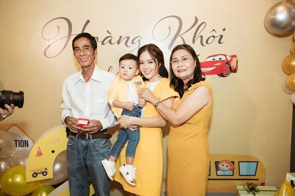 Chồng cũ vắng mặt trong sinh nhật mẹ con Dương Cẩm Lynh
