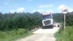Xe tải cố vượt cầu gỗ, rơi tõm xuống sông