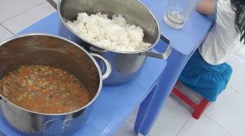 Vụ trẻ ăn cơm mốc, đầu cá: Điều cấp dưỡng trường khác tới nấu