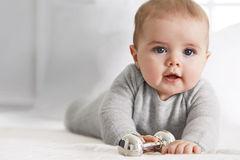 Tìm thấy thi thể 11 trẻ sơ sinh giấu trên trần nhà