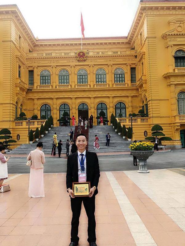 Chủ tịch Tập Đoàn VSETGROUP nhận kỷ niệm chương cho Top 10 Doanh nhân tiêu biểu