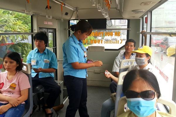Phụ xe buýt lặng người trước 'gia tài' bỏ quên của người lạ mặt