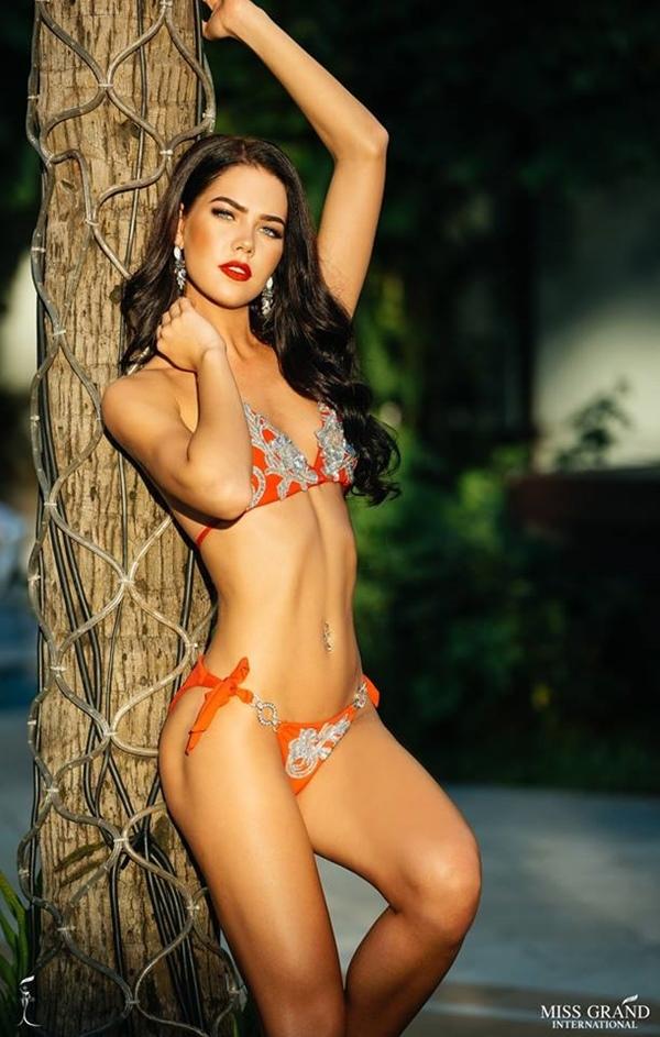 Bùi Phương Nga đọ đường cong nóng bỏng cùng thí sinh Hoa hậu Hòa bình
