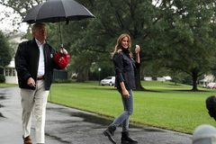 Ông Trump gây 'bão dư luận' vì khoảnh khắc thiếu ga lăng với vợ