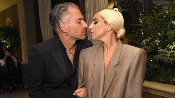 Lady Gaga ngầm thông báo đã đính hôn với bạn trai hơn 17 tuổi