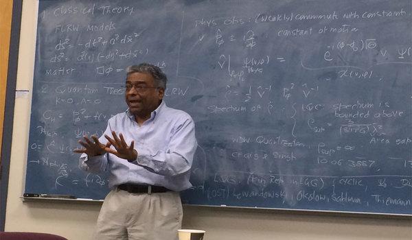 Thấy điều kỳ diệu từ quả táo rơi, giáo sư Ấn Độ giành giải 40 năm sau