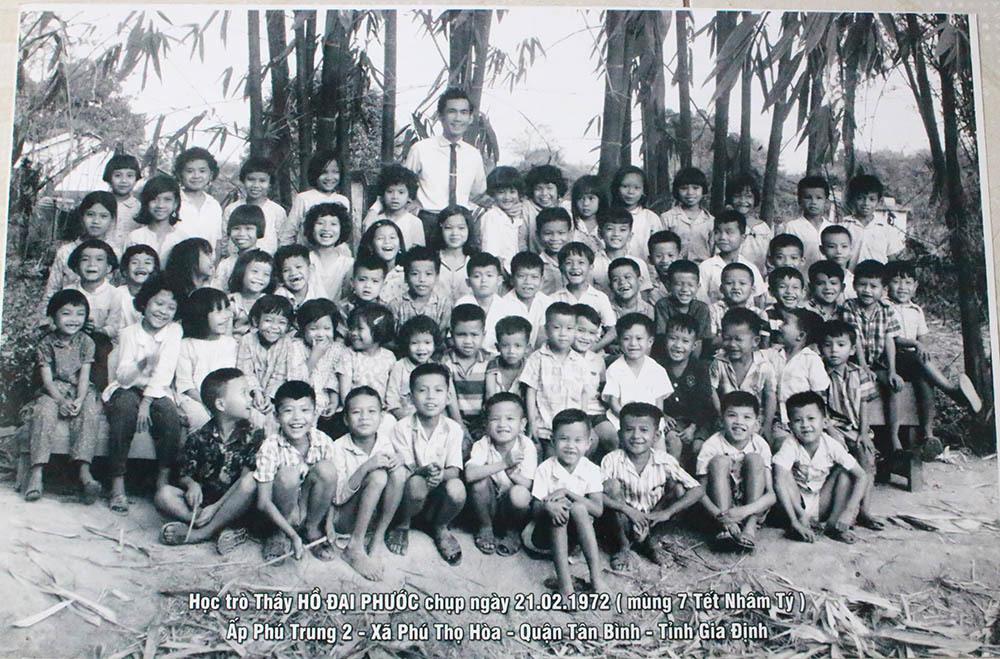 Ông Hồ Đại Phước và học trò của mình chụp ảnh năm 1972. Bà Sen ngồi hàng  thứ 2, vị trí thứ 7 tính từ trái sang phải. Ảnh: NVCC