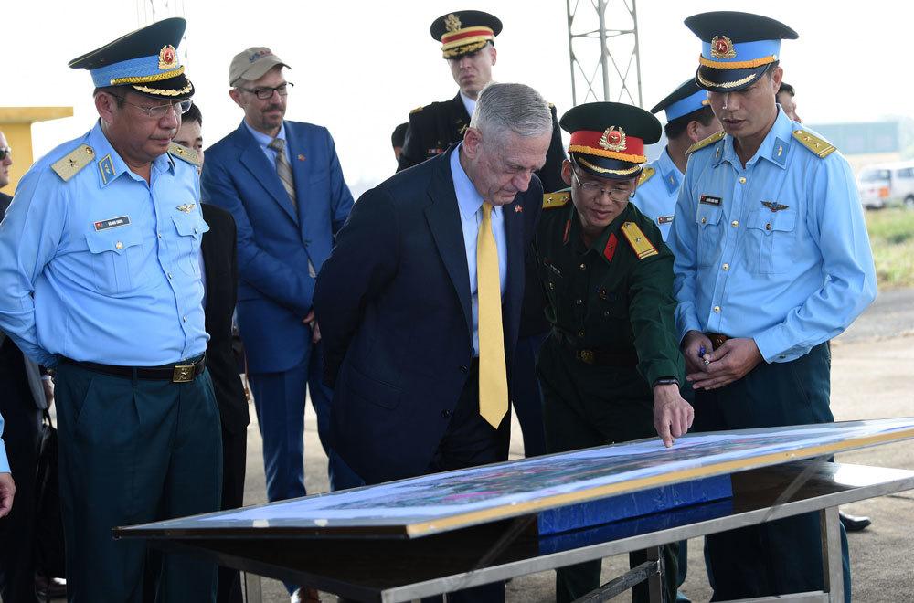 Bộ trưởng Quốc phòng Mỹ thăm sân bay Biên Hòa