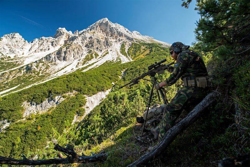 Xem lính bắn tỉa NATO tập hạ mục tiêu xuyên thung lũng