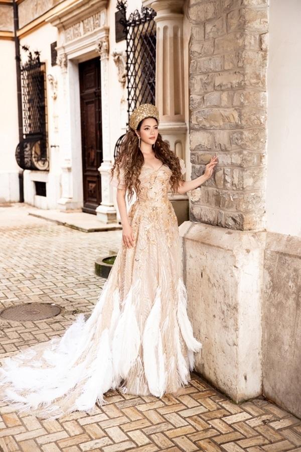 Lý Nhã Kỳ hóa công chúa lộng lẫy với phong cách Hoàng gia