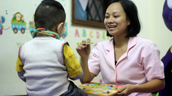 Cho học tiếng Anh từ 3 tháng tuổi, cha mẹ tá hỏa khi con rối loạn ngôn ngữ